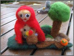 Le Petit Chaperon Rouge En Laine Mérinos Feutrée à L'aiguille Et Son Loup Dans L'arbre  C'est En Cueillant Ses Champigno - Bijoux & Horlogerie