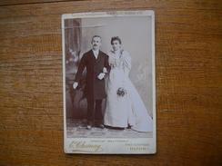 """Carte Photo Assez Rare , Couple De Marié  ' E. Chesnay , Dijon """""""" Photographie électrique """""""" Exp. Inter. Paris 1890 """""""" - Dijon"""