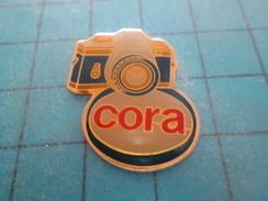 Pin813f Pin's Pins / PHOTOGRAPHIE : APPAREIL PHOTO MAGASIN CORA Rare Et De Belle Qualité !! - Photography