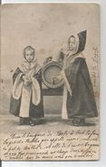 2 Petites Filles En Costume Servent De La Bière. Tonneau, Chopes. - Scènes & Paysages