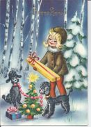 Bonne Année. Jeune Fille Dans Une Forêt Enneigée. Deux Caniches Décorent Le Sapin, Cadeaux. - Nieuwjaar
