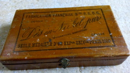 BOITE BOIS - Dés En Nickel Pur - étiquette FABRICATION Française - Médaille Or Expo Paris 1880 -  12cmx6cm - Boîtes