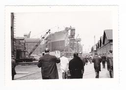 Dunkerque ? Photo Originale Du Lancement Du Navire Bateau Cargo ? DORDRECHT Locotracteur Grue Dans Les Années 60 - Bateaux