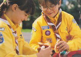 """CPM 10X15 . SCOUTISME . Deux Jeunes Scouts Du """"Scoutisme Français """" Se Partageant Une Brioche - Scoutisme"""