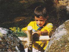 """CPM 10X14 . SCOUTISME . Jeune Scout Du """"Scoutisme Français """" Attachant Deux Poteaux En Croix  ( En L'état) - Scouting"""