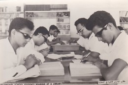 SAUDI ARABIA---secondary School Students Reading At A Library--munistry Of Information--carte Photo--voir 2 Scans - Arabie Saoudite