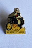 Pin's Garde Républicaine Gendarme Moto Militaria - Armee