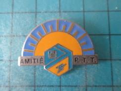 Pin715d Pin's Pins / LA POSTE : AMITIES PTT FRANCE TELECOM  Rare Et De Belle Qualité !!! - Mail Services
