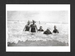 BEACH - AT THE BEACH DATE UNKNOWN - 6½ X 4¾ Po - 16½ X 12 Cm - PHOTO JAMES VAN DER ZEE - Autres