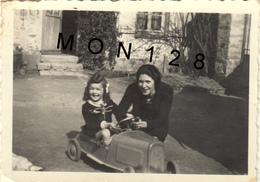 VOITURE A PEDALES - FILLETTE - PHOTO 1943 - 8,5x6 Cms - Coches