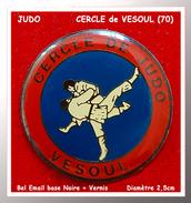 SUPER PIN´S JUDO : CERCLE De JUDO De VESOUL (Haute-Saône) En Bel émail Base Noire + Vernis, Diamètre 2,5cm - Judo
