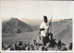 ASCARO ITALIANO DI GUARDIA NELLA SOMALIA ISTITUTO NAZIONALE LUCE ROMA ITALIA CIRCA 1930 EX ARCHIVO REVISTA CARAS Y CARET - Guerre, Militaire