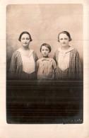 CARTE PHOTO NON IDENTIFIEE REPRESENTANT UNE FEMME ET DEUX JEUNES FILLES PHOTO MAURILIERAS A BOURGANEUF  PAS CIRCULEE - Cartes Postales