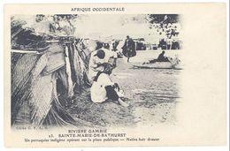 Cpa Gambie - Sainte Marie De Bathurst - Un Perruquier Indigène Opérant Sur La Place Publique - Gambie