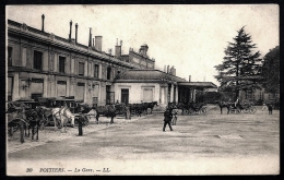 CPA ANCIENNE FRANCE- POITIERS (86)- LA GARE EN GROS PLAN EXTERIEUR- TRES BELLE ANIMATION- FIACRES- CALECHES - Poitiers