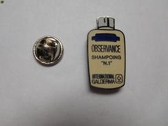 Superbe Pin's En EGF , Produit De Beauté , Shampoing Observance , International Galderma , Signé La Boite à Pin's - Parfum