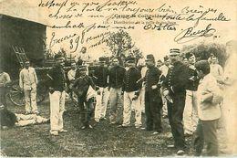Cpa Camp De COETQUIDAN 56 Distribution De La Paille De Couchage - Guer Coetquidan