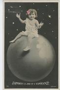 ENFANTS - LITTLE GIRL - MAEDCHEN - Jolie Carte Fantaisie Portrait Fillette Assise Sur Globe Terrestre - Portraits