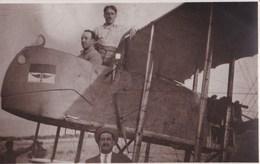 Carte Photo     Aviation  Aviateurs Sur Biplan, Avion Et Personnages  à Identifier   - Carte Anglaise - Aviation