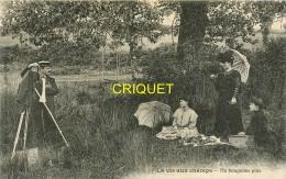 Thème Photographie, Ne Bougeons Plus, 3 Jeunes Femmes Et Photographe Avec Appareil à Pied, Affranchie 1907 - Photographie