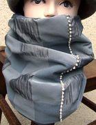 Snood Tour De Cou Gris Tissu Haute Couture Et Sa Rivière De Strass En Cristal Et Perles  A Porter Recto-verso, Il Est Do - Bijoux & Horlogerie