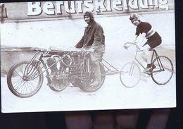CYCLISTES SUR PISTE DERRIERE MOTO CARTE  PHOTO ALLEMANDE  1918 - Allemagne