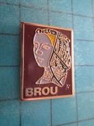 Pin411H Pin´s Pins / Beau Et Rare : VILLES / BRETAGNE ? FEMME AVEC UNE COIFFE BRODEE BROU - Städte