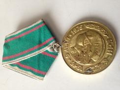 Medalla Ejército Búlgaro. 1945-1975. 30 Aniversario Victoria 2ª Guerra Mundial. Soldados Disparando. Comunista - Medallas Y Condecoraciones