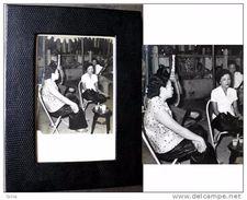 Ancienne Photographie D'Indochine Encadrée: Clientes Et Musiciens / Old Black And White Picture From Indochina - Art Asiatique