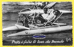 CPSM En Vacances Couple Faisant Du Pédalo, Prêts A Faire Le Tour Du Monde Circa 1950 - Couples