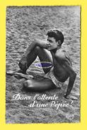 CPSM EN VACANCES MAILLOTS DE BAINS DANS L ATTENTE D UNE PEPEE Circa 1950 - Cartes Postales
