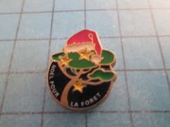 Pin713A Pin´s Pins / Beau Et Rare : NOEL / BONNET ROUGE DU PERE NOEL POUR LA FORET - Christmas