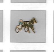 Pin´s  Jeux, Animal  Cheval  De  Courses  Avec  Sulky  Et  Cavalier - Animaux