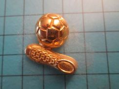 Pin116c Pin's Pins /  METAL JAUNE EN RELIEF  FOOTBALL BALLON ET CRAMPONS DE FOOT , Belle Qualité ;  Marquage Au Dos : -- - Football