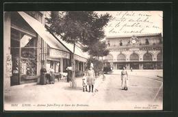 CPA Lyon, Avenue Jules-Ferry Et Gare Des Brotteaux, Vue De La Rue Am La Gare - Lyon