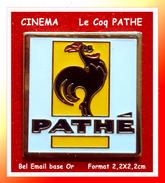 """SUPER PIN´S CINEMA : Le """"Coq"""" Du CINEMA De La Société De Production """"PATHE"""" En Bel émail Base Or, Format 2,2X2,2cm - Cinéma"""