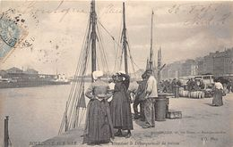 BOULOGNE SUR MER - Sur Les Quais, Femmes De Marins Apportant Les Provisions - Boulogne Sur Mer