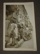 Petit Photo Amateur Du 8 Mai 1945 - Femme Et Soldats Avec Moto, Affiches Drapeaux &c - 11,5 X 7,5 Cm. - Guerre, Militaire