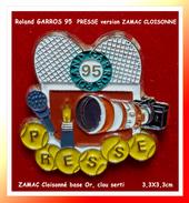 "SUPER PIN´S Roland GARROS 1995 : Pin's ""PRESSE"" Version ZAMAC Cloisonné Base Or, Signé PINSTARD, 3,3X3,3cm - Tennis"