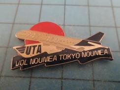 Pin2117 Pin´s Pins / Beau Et Rare : AVIONS /  COMPAGNIE AERIENNE UTA VOL NOUMEA TOKYO NOUMEA BOEING 747 400 - Luftfahrt