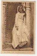 AFRICA - TYPES - JEUNE MAURESQUE DEVANT UNE PORTE ARABE - 1910s  ( 1915 ) - Cartes Postales