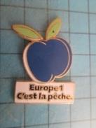 Pin411i Pin´s Pins / Beau Et Rare : MEDIAS / RADIO  EUROPE 1 C'EST LA PECHE , Mais De Droite La Pêche !!! - Médias