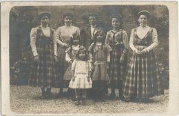 CPA Photo Mode D'autrefois Plusieurs Générations De Femmes Avec Robe Coupée Dans Le Même Tissus - Te Identificeren