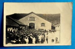 Cpa CARTE PHOTO : PRISONNIERS ALLEMANDS Devant Les Français MANEGE CURELY (caserne CURELY à MONTMIRAIL, MARNE ?) - Guerre 1914-18