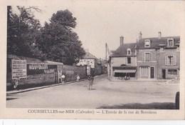 Carte Postale : Courseulles Sur Mer (14)  -  L'entrée Et La Rue De Bernières   Boulangerie  Pancarte De Gaulle - Andere Gemeenten