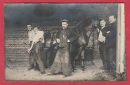Carte Photo Non Située ... Ferrage D'un Cheval ... Maréchal-Ferrant , Forgeron  ( Voir Verso ) - Cartes Postales