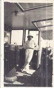 A BORD D'UN BATEAU  COLONIAL  CABINE DE PILOTAGE 13X8CM - Barcos