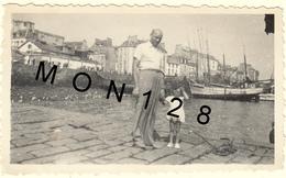 DOUARNENEZ (FINISTERE)  - AOUT 1949 -  PHOTO DE FAMILLE (quai,bateau) - Places