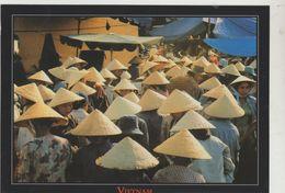 Cpm ( Vietname) Le Chapeau Conique En Feuille De Latanier , Coiffure Traditionnelle Des Vitnamiennnes     Cpm 18x13 Cms - Viêt-Nam