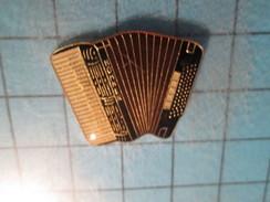 Pin713b Pin´s Pins / Beau Et Rare / MUSIQUE : ACCORDEON NOIR ET BLANC HOHNER - Música